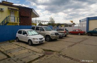 Парковка слева от входа