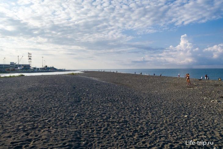 Самый левый край пляжа, у реки Мзымта