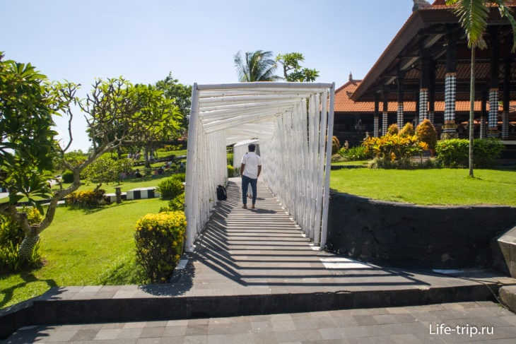 Справа от вторых ворот есть короткий проход к парку и храму Бату Болонг