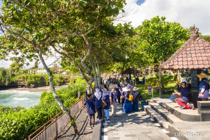 Пешеходная дорожка вдоль парка в сторону скалы-арки
