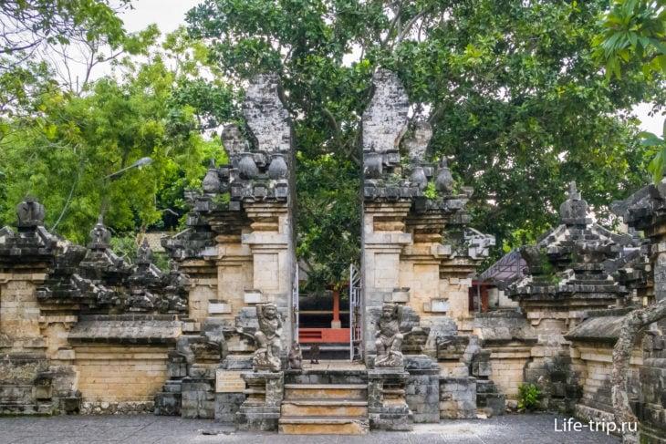Ворота внешнего двора храма Улувату