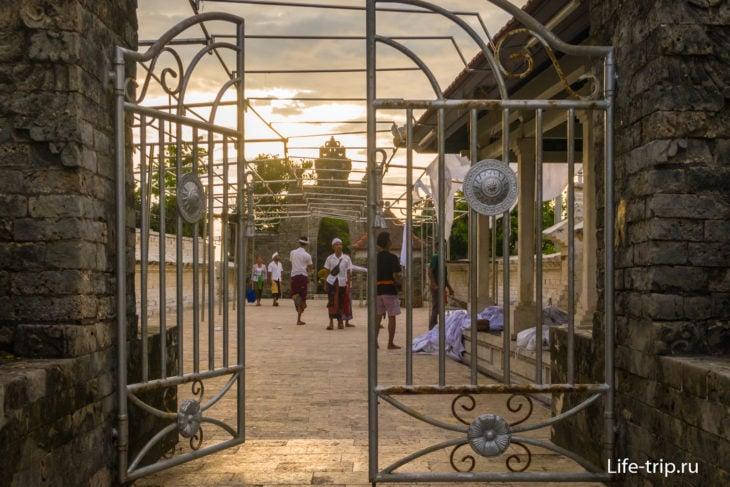 Вид на ворота гопурам внутреннего двора (вдалеке)