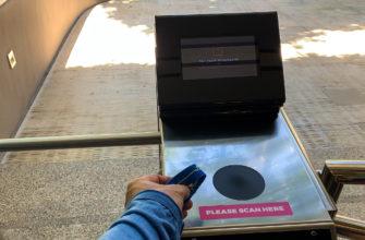 На турникетах и далее - везде, используются наручные браслеты.