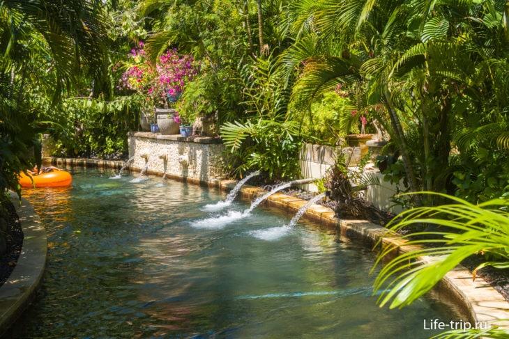 Плывешь по реке - можно освежиться под струями воды.