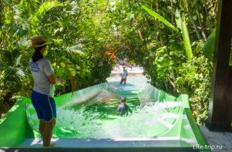 Детская водяная горка. Самых маленьких контролирует персонал парка, сверху и снизу.