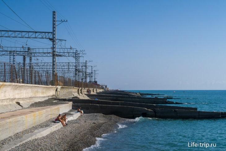На горизонте видно надземный переход пляжа Депо