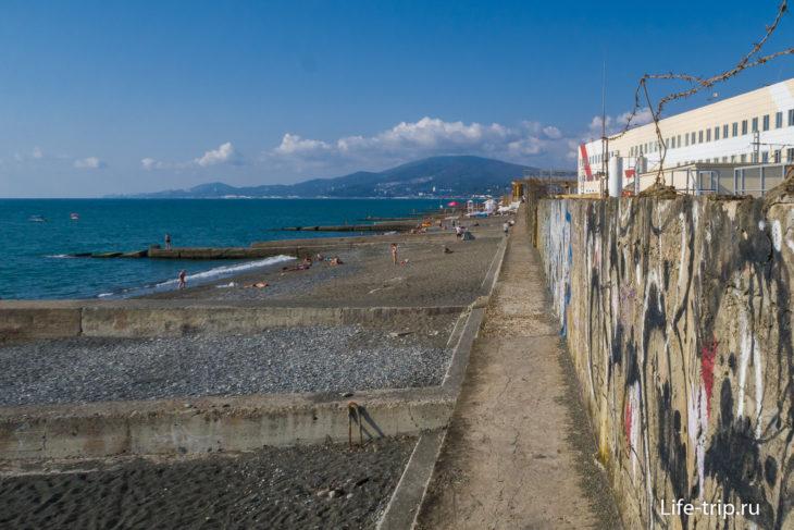 Вдалеке - инфраструктура пляжа Депо