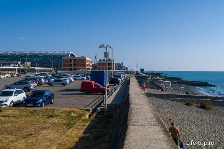 Вдалеке видно зонты пляжа Парус