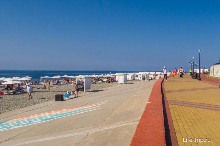 Вид в сторону облагороженной половины пляжа