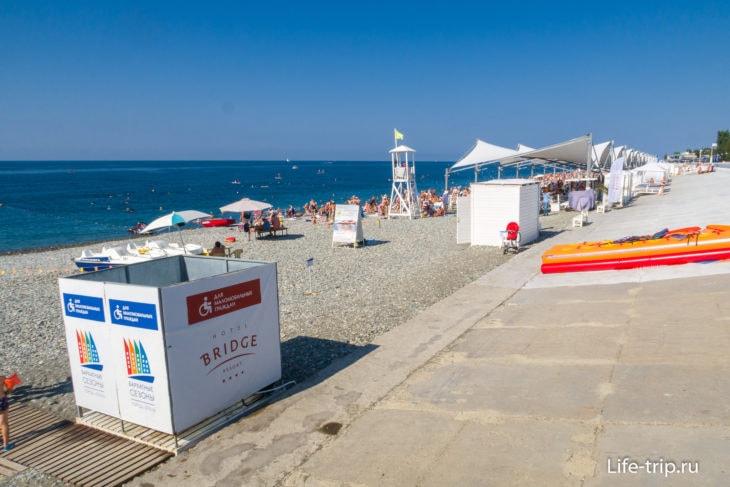 Пляж отеля Бридж Резорт в Сочи