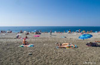 Правый край пляжа преимущественно песчаный