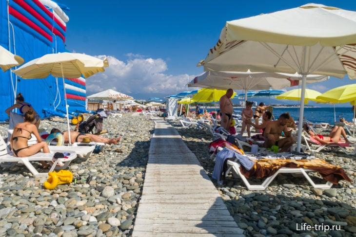 Пляж отеля Radisson Blu - конфетка из камешка