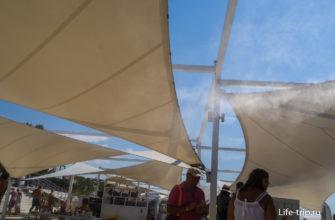 Белое облако - это распыляется санитайзер в воздухе.