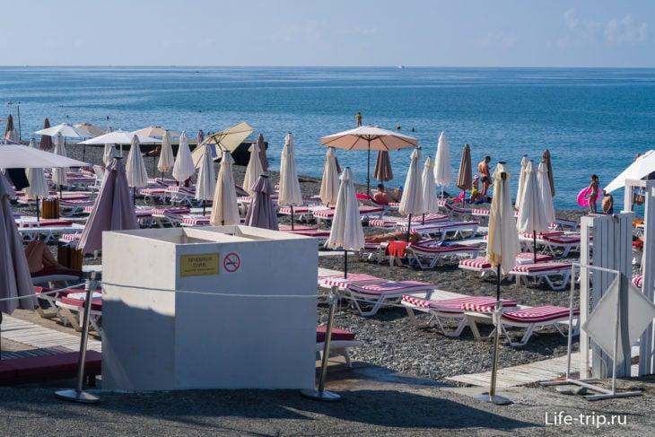 Пляж санатория Южное Взморье в Адлере - взгляд со стороны