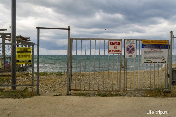 Пляж около автобусной остановки Малый Ахун