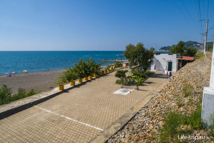 Дома между двумя половинками пляжа Аврора