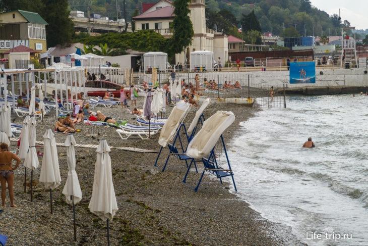Пляж Кавказ в Хосте - бетон, галька и окна на море