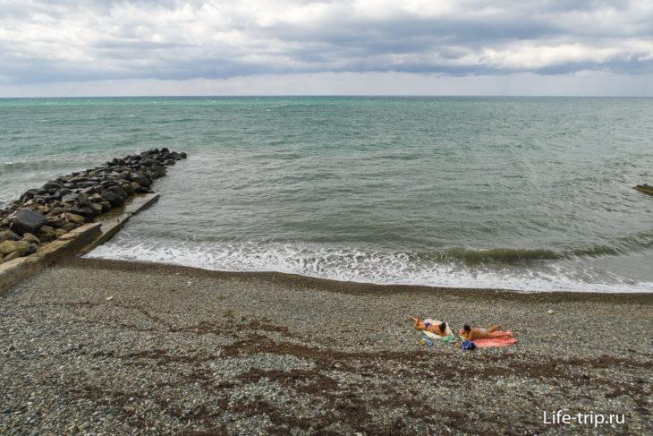 Дикие пляжи Хосты, напротив гостиницы Русалочка