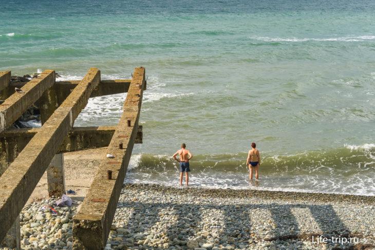 Дикие пляжи Хосты напротив санатория Самшит