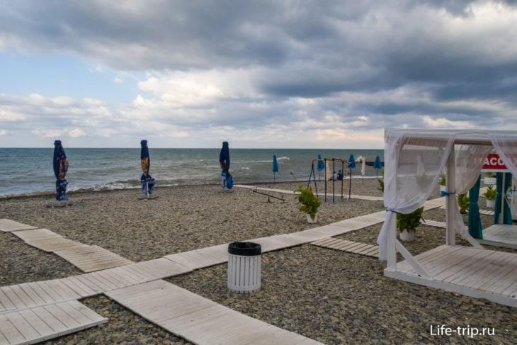 Спутник в Сочи - ведомственный пляж с общим доступом