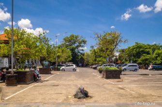 Парковка перед входом на пляж Семиньяк