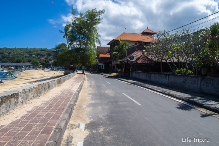 Пляж Паданг Бай на Бали (Padang Bai Beach) - портовый берег