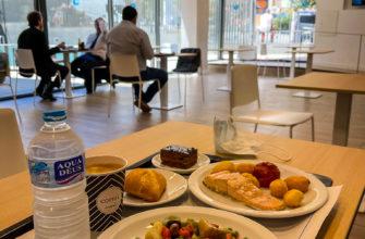 Иногда я покупаю в местном кафе обед, всего 9 евро за весь набор