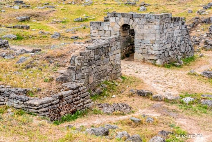 Гора Митридат в Керчи – памятник и скамейка «Крымский мост»